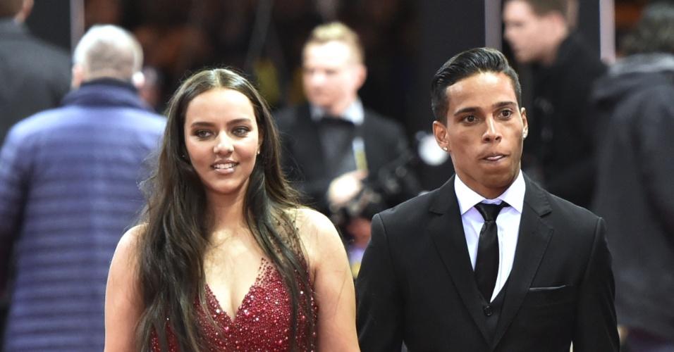Wendell Lira chega para a premiação da Bola de Ouro acompanhado de sua esposa