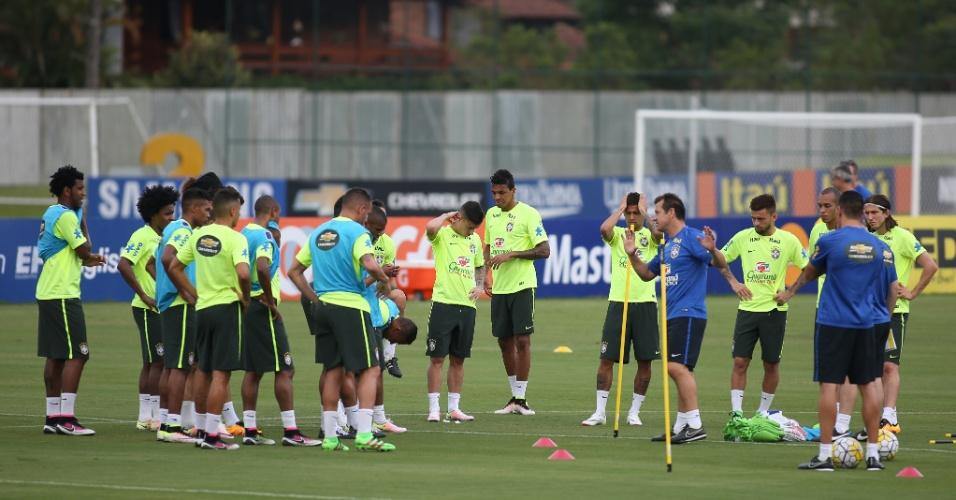 Dunga passa orientações para seus comandados antes de treino começar