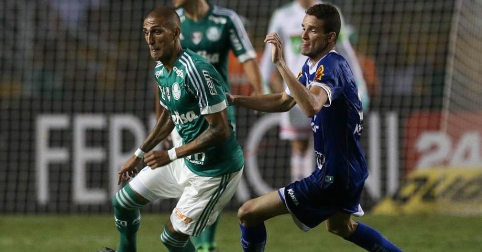 Rafael Marques protege a bola durante lance da partida entre Palmeiras e Rio Claro