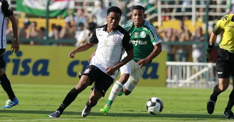 03.abril.2016 - Observado por Gabriel Jesus, Elias conduz a bola em velocidade no clássico Palmeiras x Corinthians