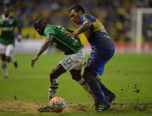 O gramado ruim de La Bombonera no jogo do Boca contra o Deportivo Cali - AFP PHOTO / EITAN ABRAMOVICH