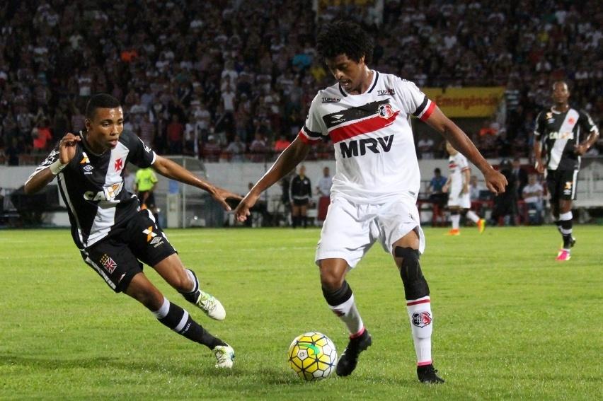 Keno tenta criar jogada para o Santa Cruz em partida diante do Vasco pela Copa do Brasil