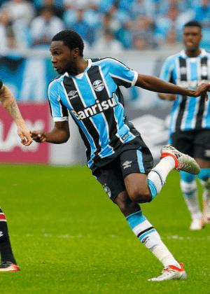 Negueba tenta a jogada em duelo entre Grêmio e São Paulo