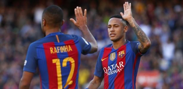 Neymar e Rafinha durante jogo do Barcelona: defesa ao amigo
