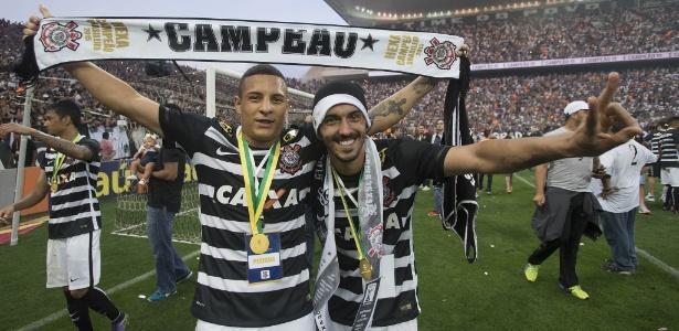 Arana e Uendel comemoram juntos o título brasileiro de 2015