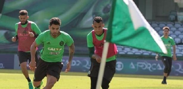 Henrique Almeida (esq) ainda tem vínculo com o Grêmio e está cedido ao Coxa - Comunicação CFC