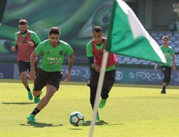 Henrique Almeida treinou entre os titulares e Alecsandro deve esperar no banco