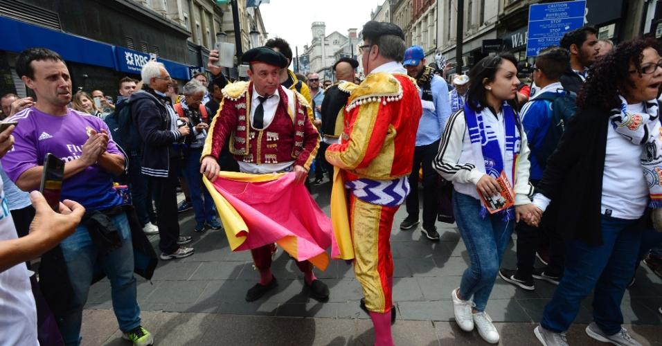 Torcedores do Real Madrid vestidos de toureiros fazem festa nas ruas de Cardiff antes da decisão deste sábado