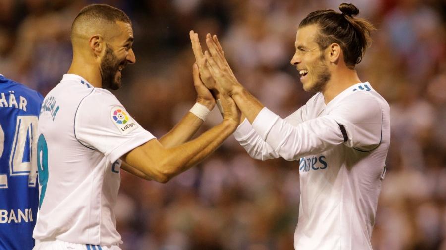 Bale cumprimenta Benzema após abrir o placar para o Real Madrid contra o La Coruña - REUTERS/Miguel Vidal