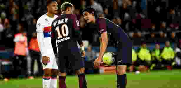 Neymar conversa com Cavani sobre pênalti - AFP PHOTO / CHRISTOPHE SIMON - AFP PHOTO / CHRISTOPHE SIMON