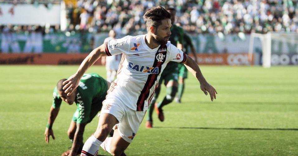 Diego domina a bola pelo Flamengo no jogo contra a Chapecoense