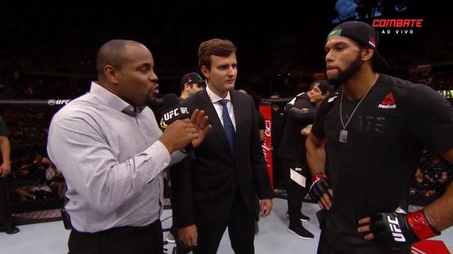 Daniel Cormier entrevista Thiago Marreta no octógono do UFC São Paulo - Reprodução