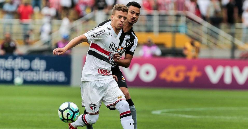 Rodrigo Lindoso segura Lucas Fernandes em jogo entre São Paulo e Botafogo