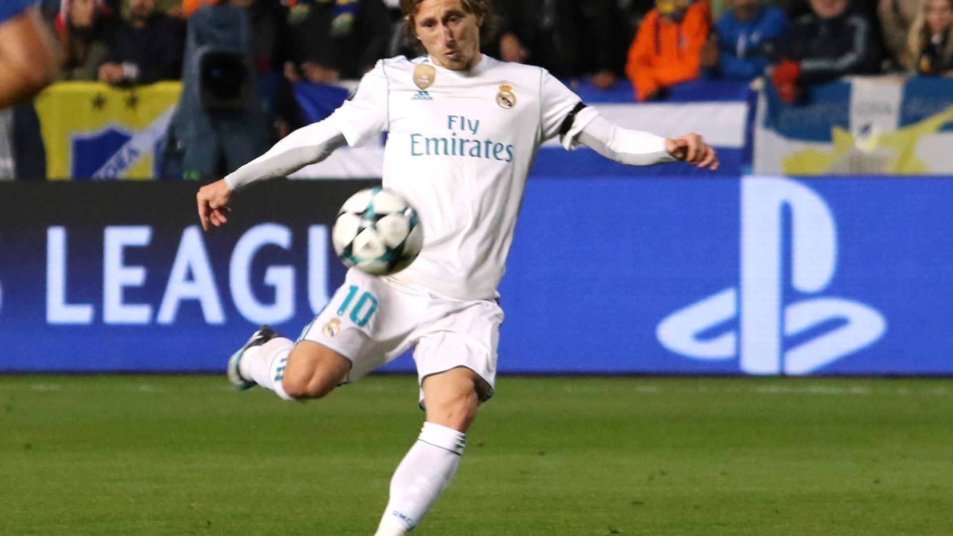 Modric chuta para fazer o primeiro gol do Real Madrid contra o Apoel
