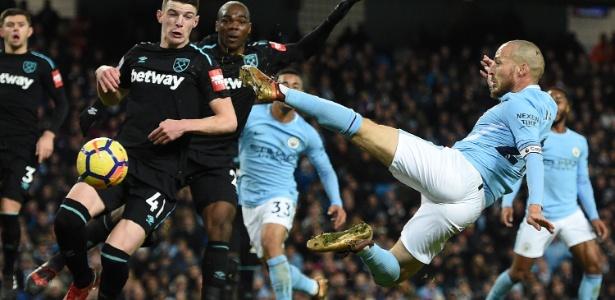 David Silva acerta voleio durante jogo do Manchester City