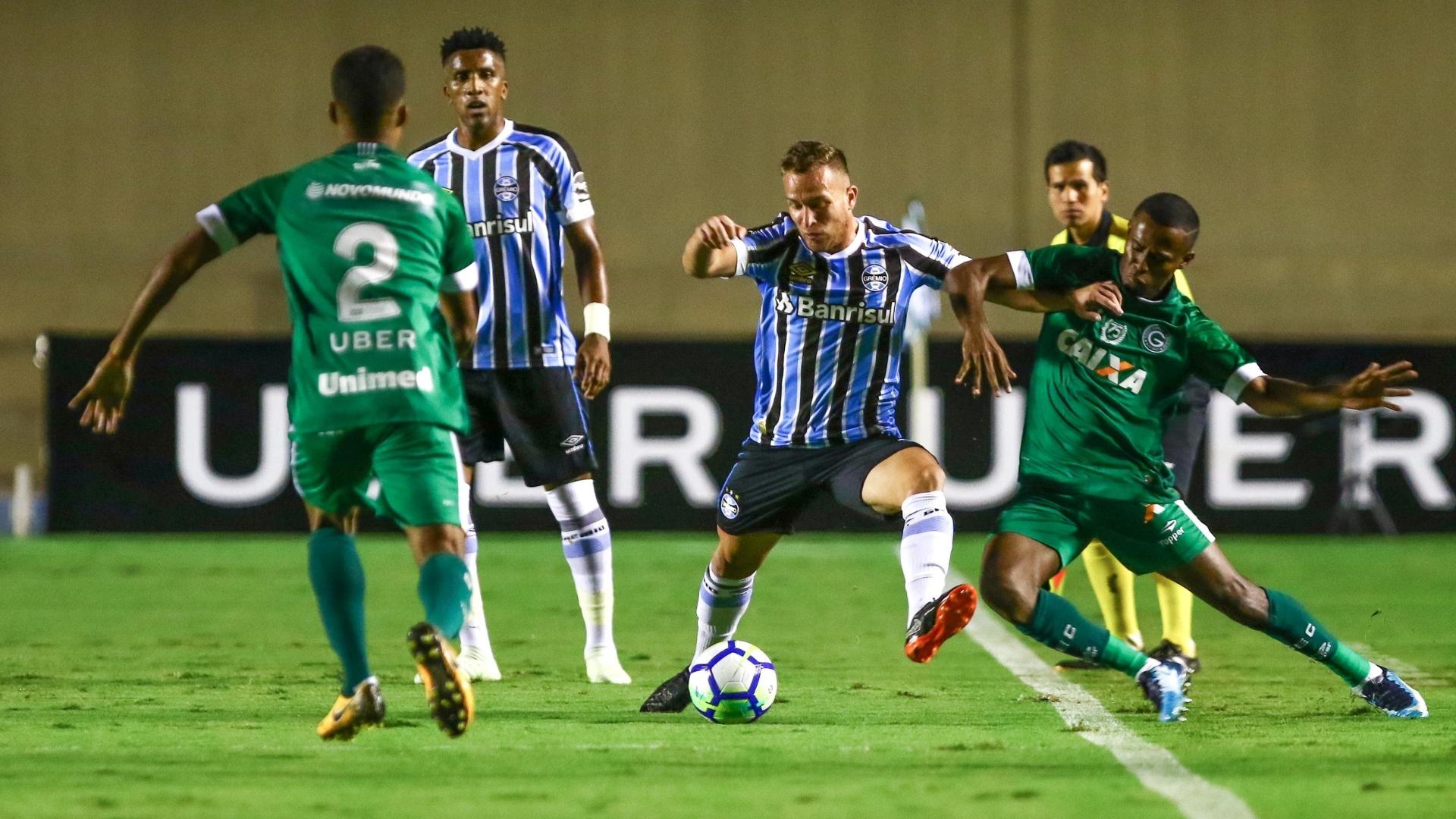 O volante Arthur em lance da partida entre Goiás e Grêmio, pela Copa do Brasil