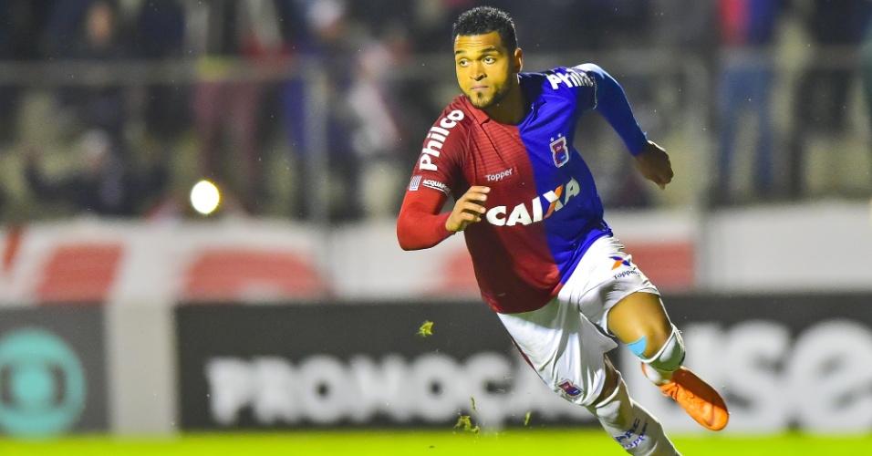 Thiago Santos comemora gol do Paraná diante do Fluminense