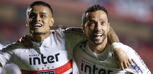 Everton e Nenê, com o uniforme número 1 antigo do São Paulo,
