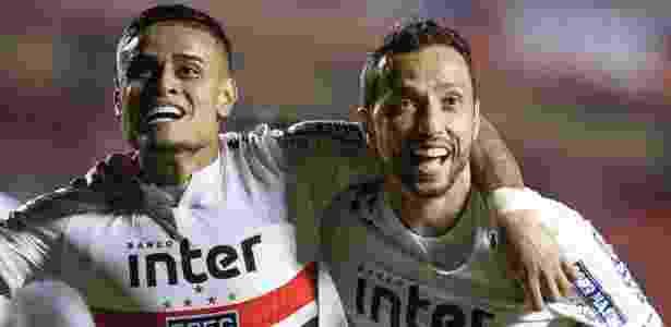 Everton e Nenê, com o uniforme número 1 antigo do São Paulo, - Marcello Zambrana/AGIF