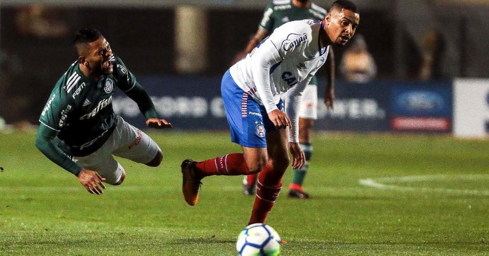 Lucas Fonseca derruba Borja em lance do jogo entre Palmeiras e Bahia
