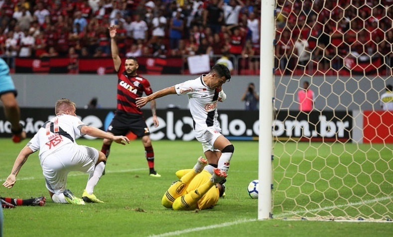 Andrés Ríos chuta para abrir o placar em Vasco x Flamengo