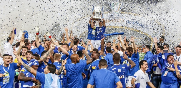Time do Cruzeiro comemora a conquista da Copa do Brasil