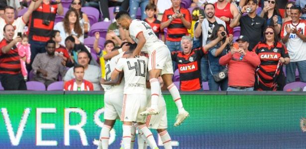 Time do Flamengo comemora gol de Jean Lucas