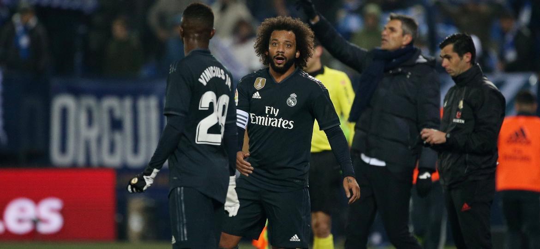 Marcelo conversa com Vinicius Júnior durante jogo do Real Madrid - REUTERS/Javier Barbancho