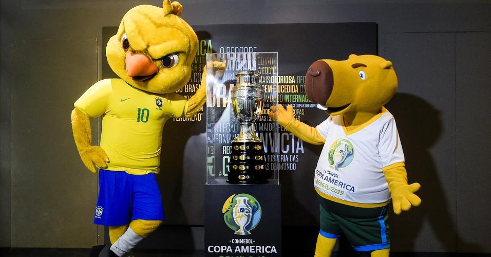 Canarinho Pistola e a capivara da Copa América se encontraram na sede da CBF