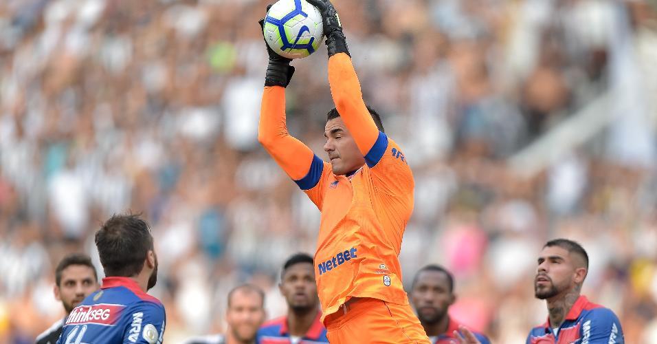 Felipe Alves, goleiro do Fortaleza, faz defesa durante jogo com o Botafogo
