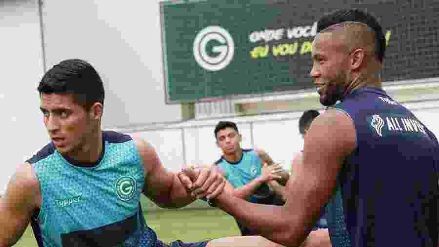Daniel Guedes (esq.), cumpre suspensão pelo terceiro cartão amarelo - Divulgação/Goiás Esporte Clube