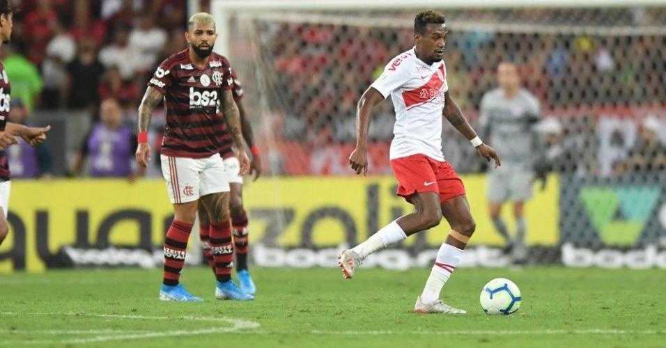 Edenílson, durante partida entre Flamengo e Internacional