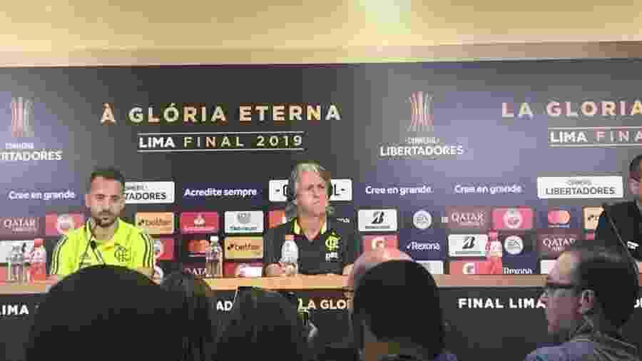 Everton Ribeiro e o técnico Jorge Jesus, do Flamengo, em coletiva na véspera da final da Libertadores - Leo Burlá / UOL