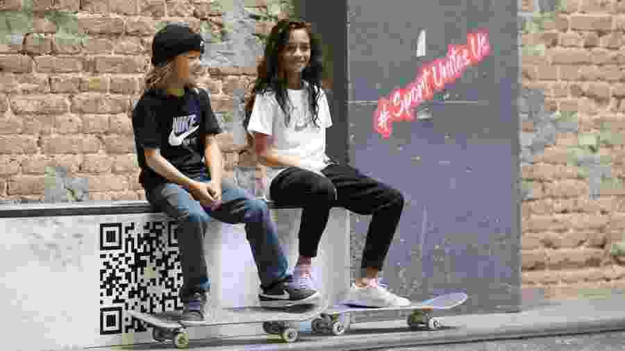 A skatista Rayssa Leal, 12, a Fadinha, posa ao lado de Ocean Brown, 8, durante evento Laureus for Good, em Berlim - Getty Images/Laureus