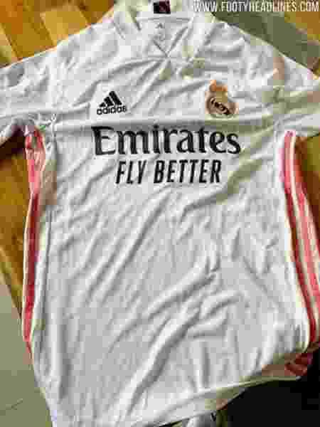 Camisa tem listras rosas nas laterais; estampa de tigre aparece do lado de dentro da gola - Footy Headlines/Reprodução