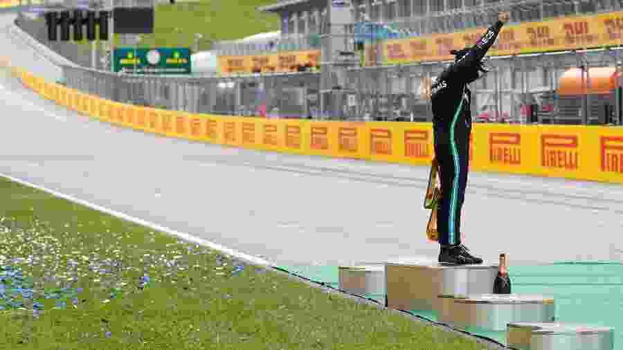 Lewis Hamilton, da Mercedes, faz protesto antirracista após vencer o GP da Estíria - REUTERS/Leonhard Foeger/Pool