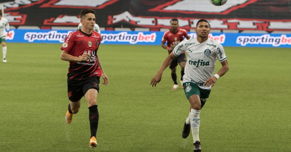 Khelven e Rony disputam bola durante Athletico e Palmeiras