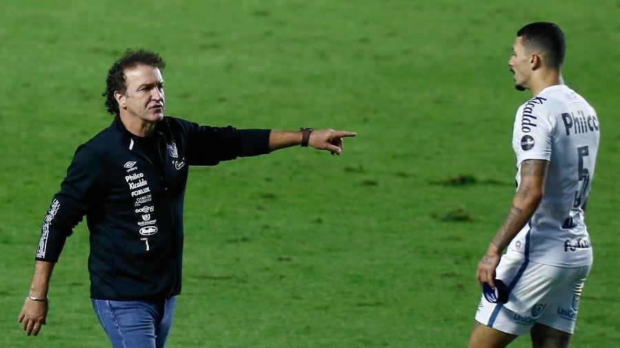 Cuca gesticula da beira do campo no duelo entre Santos e Palmeiras - Marcello Zambrana/AGIF