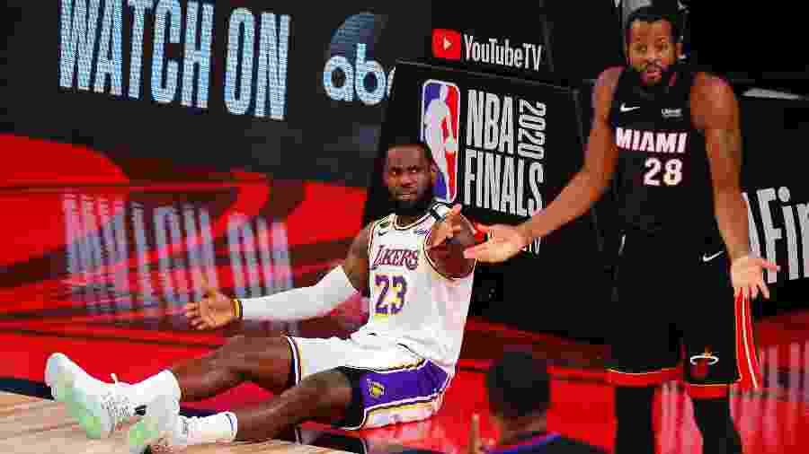 LeBron James e Andre Iguodala, durante jogo entre Los Angeles Lakers e Miami Heat nas finais da NBA - Kevin C. Cox/Getty Images