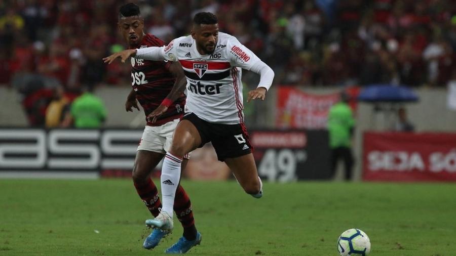 Bruno Henrique e Reinaldo disputam lance em Flamengo x São Paulo - Rubens Chiri/SPFC