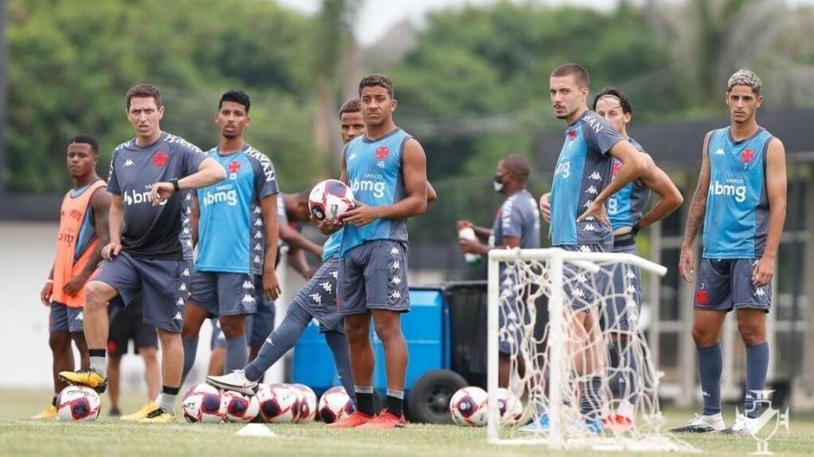 Técnico do sub-20, Diogo Siston (de cinza) comandará Vasco na estreia no Carioca com atletas de sua categoria - Rafael Ribeiro / Vasco