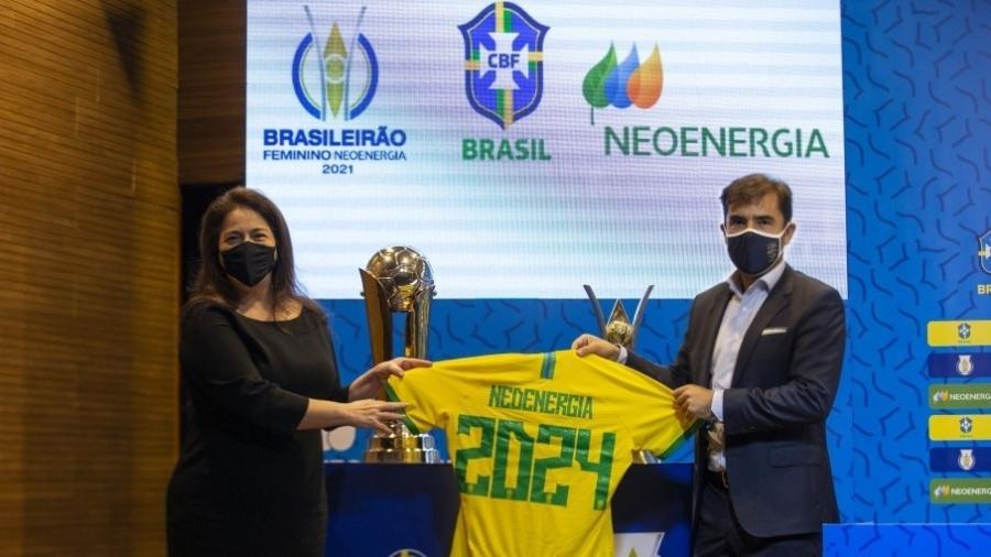 Solange Ribeiro, diretora presidente adjunta da Neoenergia, e Lorenzo Perales, diretor comercial da CBF - Thais Magalhães/CBF