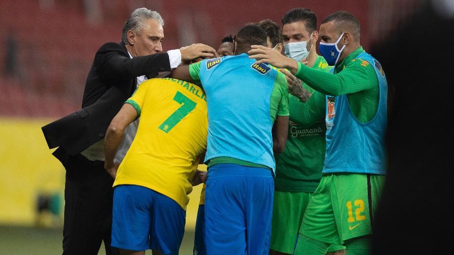 Tite e jogadores da seleção brasileira abraçados durante jogo contra o Equador, em 4 de junho - Lucas Figueiredo/CBF