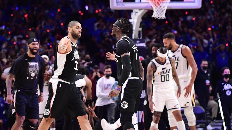 Nicolas Batum e Reggie Jackson se cumprimentam em partida entre Utah Jazz e Los Angeles Clippers - Adam Pantozzi/NBAE via Getty Images
