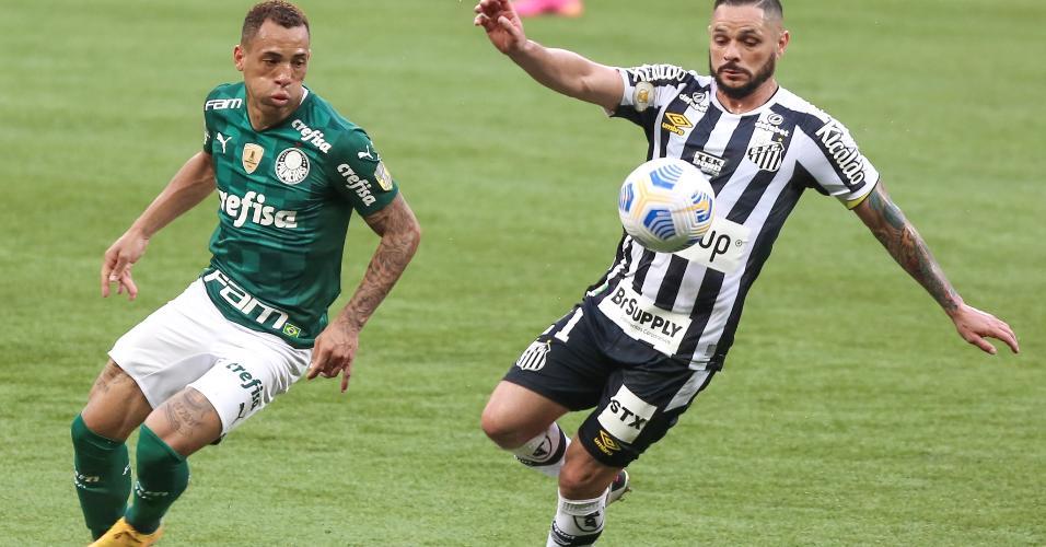 Breno Lopes, atacante do Palmeiras, disputa lance com o lateral santista Pará, no clássico disputado no Allianz Parque, pelo Brasileirão