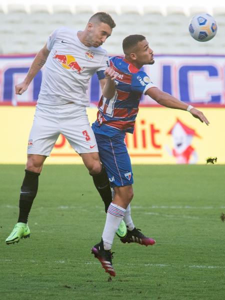 Léo Ortiz e Torres disputam a bola durante jogo entre Fortaleza e Bragantino, pelo Brasileirão 2021 - Kely Pereira/AGIF
