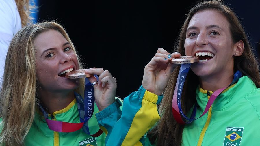 Laura Pigossi e Luisa Stefani no pódio com a medalha de bronze em Tóquio - Reuters