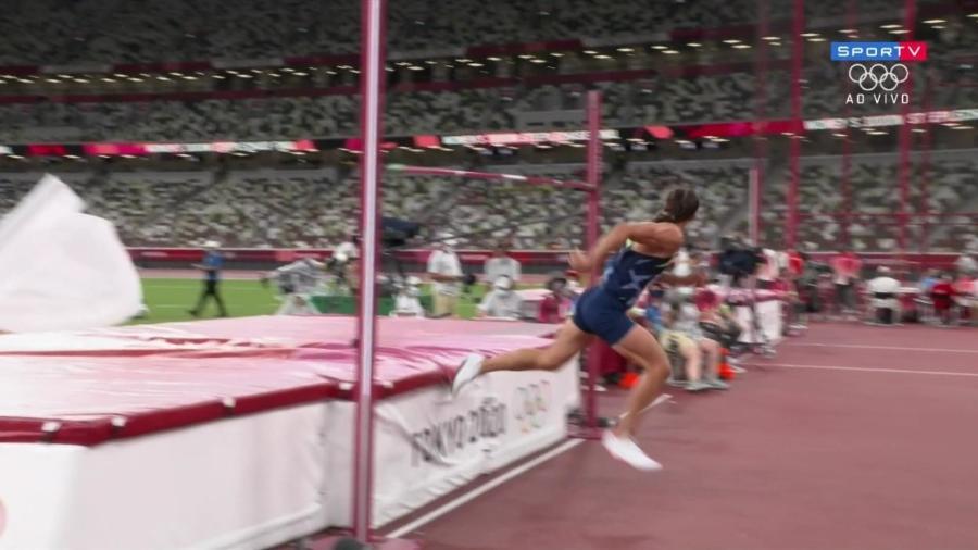 """Ilya Shkurenyov, atleta russo do decatlo tenta """"escapar"""" do colchão antes de o sarrafo cair - Reprodução/SporTV"""