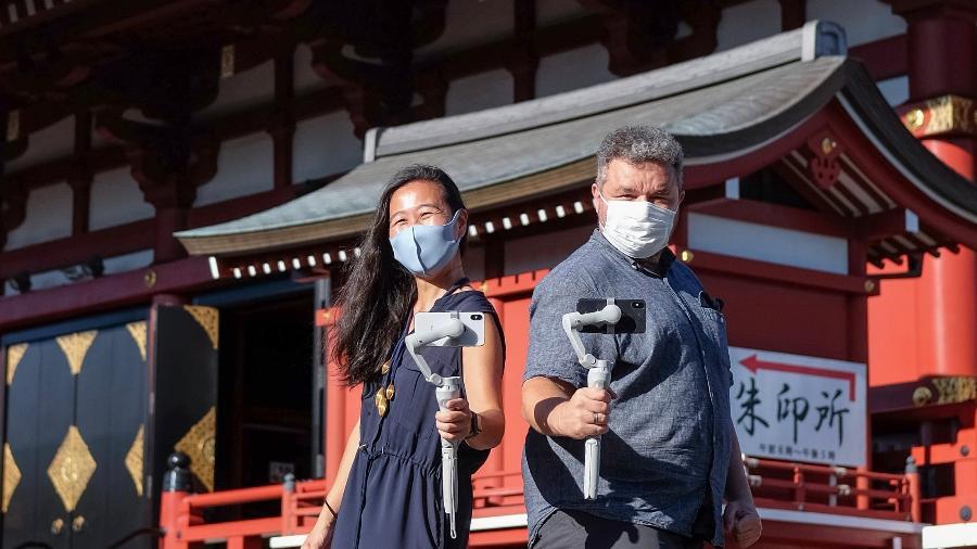 Roberto Maxwell e Meg Yamagute, que estão fazendo tours virtuais em Tóquio durante os Jogos Olímpicos - Carlos Kato/Divulgação
