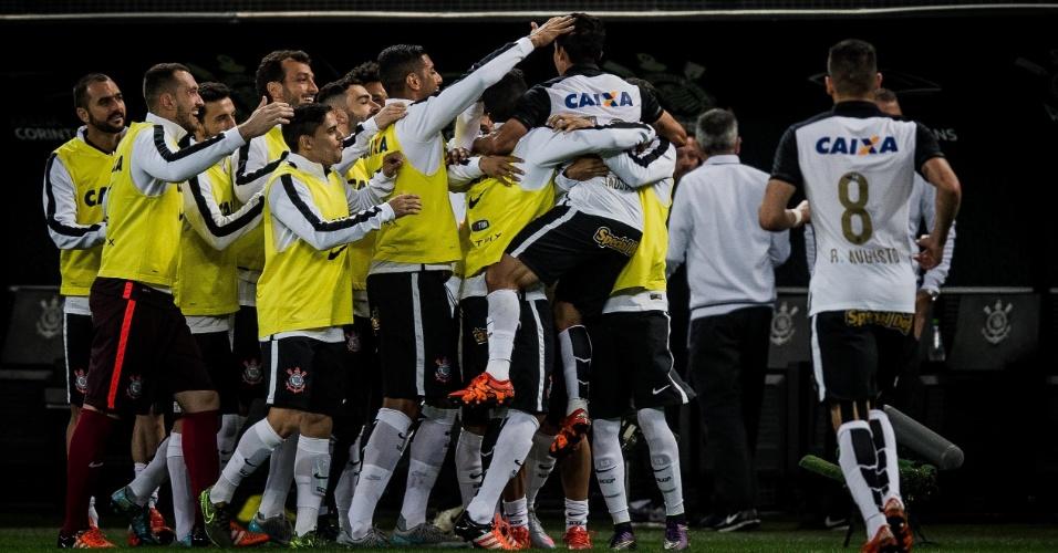 Jadson abraça os companheiros de time logo depois de anotar o 1º gol da partida. Na saída para o intervalo, torcida gritou